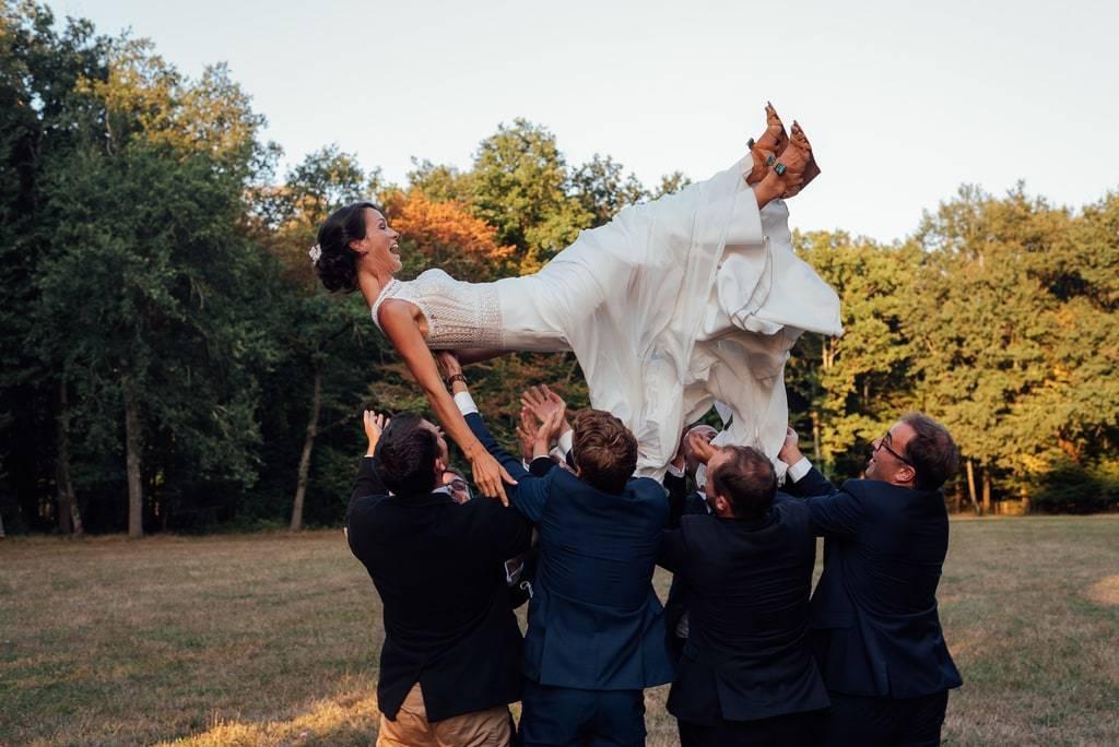 La mariée est jetée en l'air par les témoins