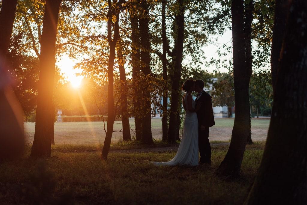 Couché de soleil avec les mariés a contre jour