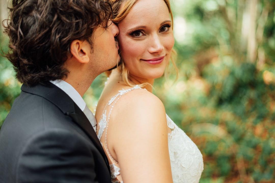 le marié fait un bisou sur la joue de sa femme