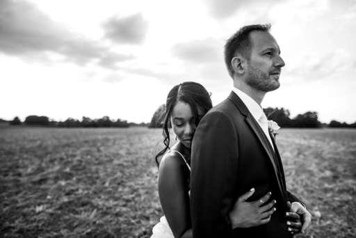 Couple dans un champ enlacé