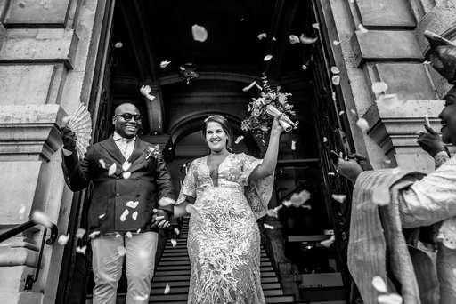 jeunes mariés à la sortie de la mairie