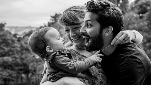 famille avec bébé qui joue