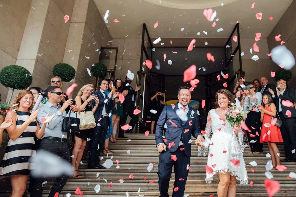 les mariés sorte de la mairie sous un pluie de confettis