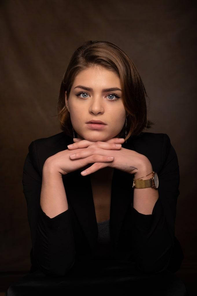 portrait femme fond sombre